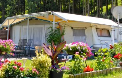 Dauercamping Wohnwagen mit Schutzdach